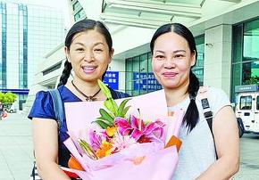 厦门女教师刘斯(左)和余荣(右)出发奔赴西藏。(记者 佘峥摄)