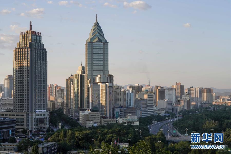 晨曦中的乌鲁木齐市区一景(2019年7月13日摄)。新华社记者 赵戈 摄