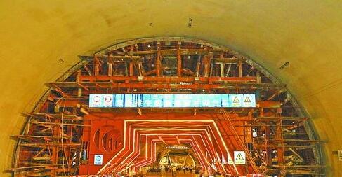 厦门第二西通道(海沧隧道)工程A2标段标准化观摩现场。图为A2标段双连拱变截面换装衬砌台车。