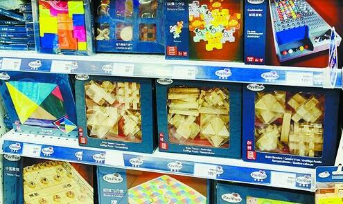在某玩具商店中,中国古典益智玩具占据了一整面货柜。