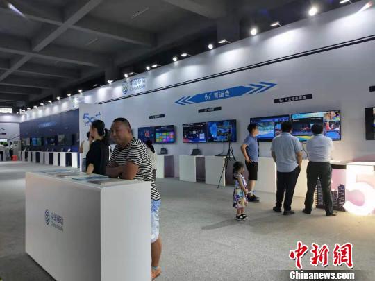 13日,在中國移動二青會5G展區,前來體驗的民眾絡繹不絕。 楊佩佩 攝