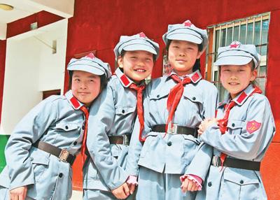 孩子玫邻照金北梁赤军小教欢愉生长 。 群众日报记者 曹树林摄