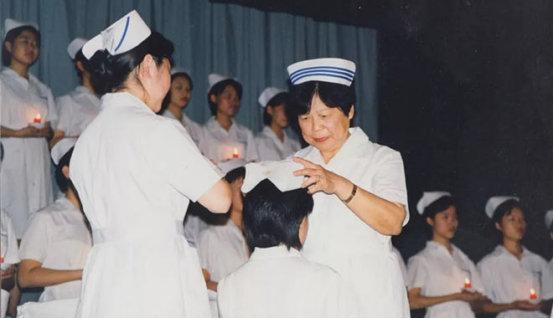 李纯受邀为协和护校毕业生授帽