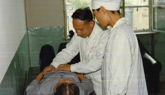 1970年,陈寿坡(中)在桂林南溪山医院工作时为越南病人查房