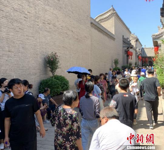 """17日当天 , 乔家年夜院迎去了很多旅客 , 景区内""""四堂一园""""处更是仁辗攒动 。  刘小白 摄"""