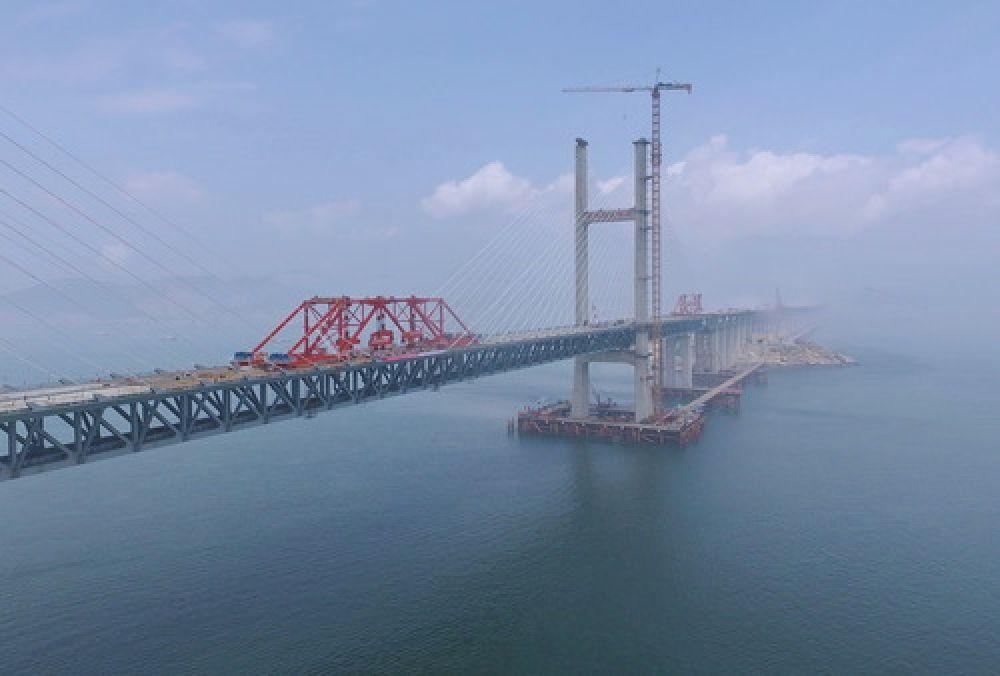 平潭海峡公铁两用大桥(6月5日摄)。(新华社记者林善传 摄)