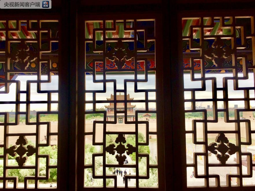 透过窗棂欣赏嘉峪关关城的独特视角。(央视记者李辉拍摄)