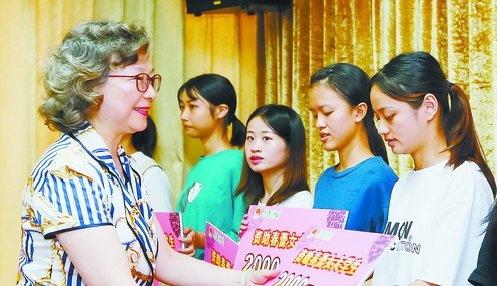 昨日,市妇联党组书记、主席杨琪向受资助女大学生颁发助学金。