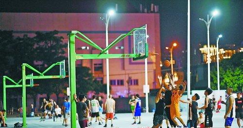 晚间的体育中心篮球场人气爆棚。