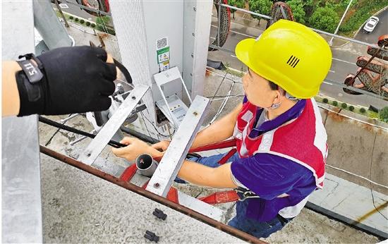 施工队正正在装置5G装备 。  浙江日报记者 邵朝婵 摄