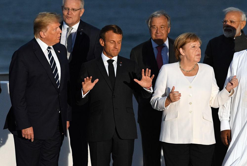 8月25日,在法国比亚里茨,法国总统马克龙、美国总统特朗普、德国总理默克尔参加合影。新华社/路透