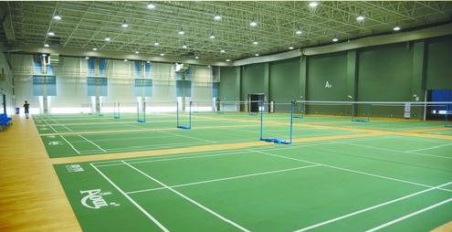 综合健身馆里设有篮球、网球、羽毛球等场馆。