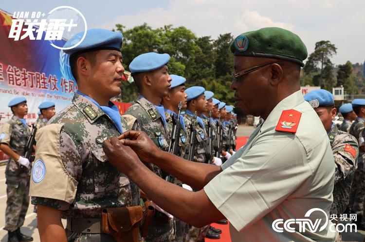 """2019年8月8日,在刚果(金)布卡武市""""中国半岛""""营区,嘉宾代表为中国第22批赴刚果(金)维和部队官兵授勋"""