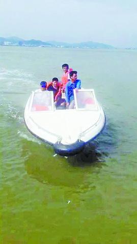 救援队员成功解救两名游客。(视频截图)