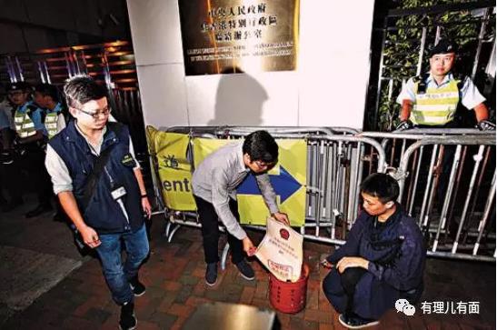 """△2016年11月,区诺轩在中联办外的""""反人大释法""""示威中,公然焚烧基本法"""