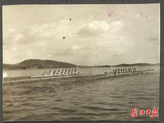 1959年,第一届全国运动会赛艇比赛在武汉举行,湖北省赛艇集训队参加,这是此次赛事中八人有舵手赛艇的比赛现场。图中左侧远景为武昌南望山