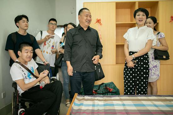 学校为李新定制的宿舍,方便其父陪读照顾。