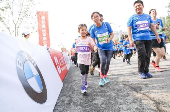 参加迷你马拉松的小小运动员