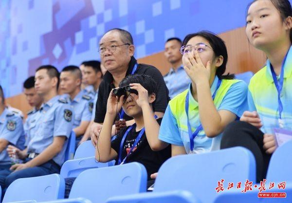 8月24日,观看测试赛的观众。 记者喻志勇 摄