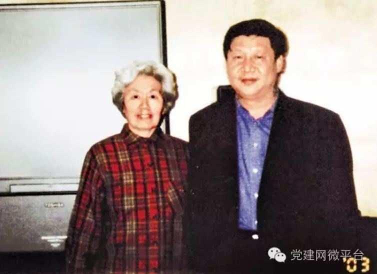 习近平和陈秋影老师。(党建网)