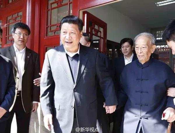 2014年的五四青年节,习近平总书记同北大教授汤一介见面交流。(新华社)