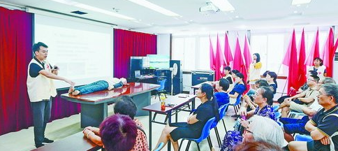 """梧村社区举行""""红十字应急救护技能公益讲座"""",吸引不少社区居民参与"""