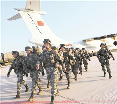 上图:我方部分参演官兵乘军机回国,抵达甘肃嘉峪关机场。李忠元摄