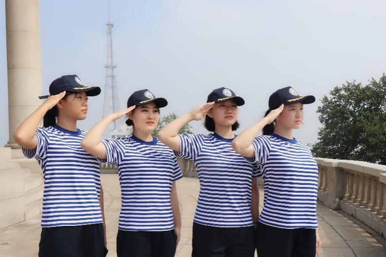 洪毅凡(右二)在航海实习中