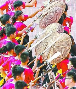 在翔安武林大会上,来自台湾、同安的队伍分别表演宋江阵。