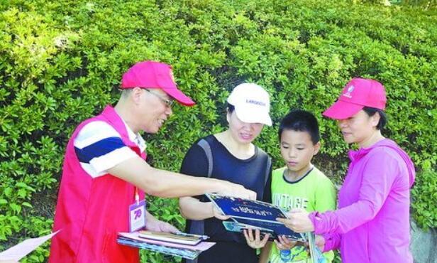志愿者为游客做文明宣导。