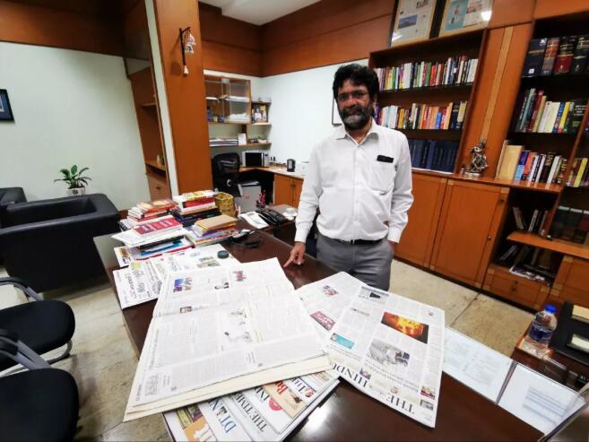 苏雷什·纳姆巴特在自己的办公室,向记者展示2014年9月刊登习主席署名文章的刊页。新华社记者蒋志强摄
