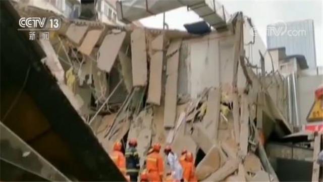 江苏南京一公寓局部坍塌 消防紧急救人