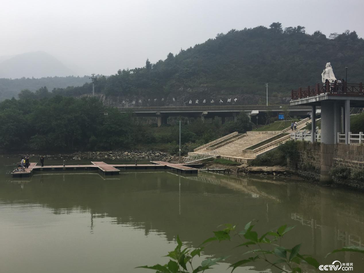 剡溪边嶀浦村,谢灵运的雕像凝望着这一江碧水。雕像背后原来的砂料场建成休闲广场。(摄/徐辉)