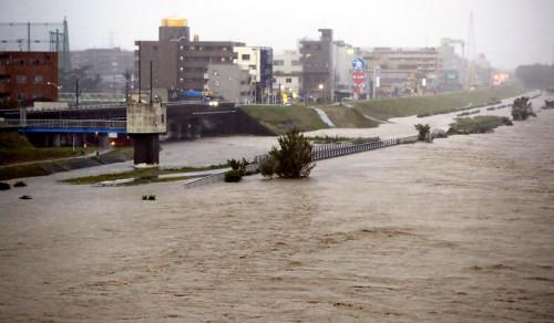 多摩川河水泛滥(读卖新闻)