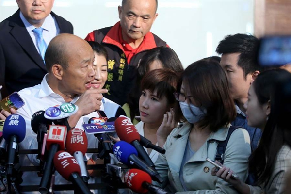 韩国瑜(左)