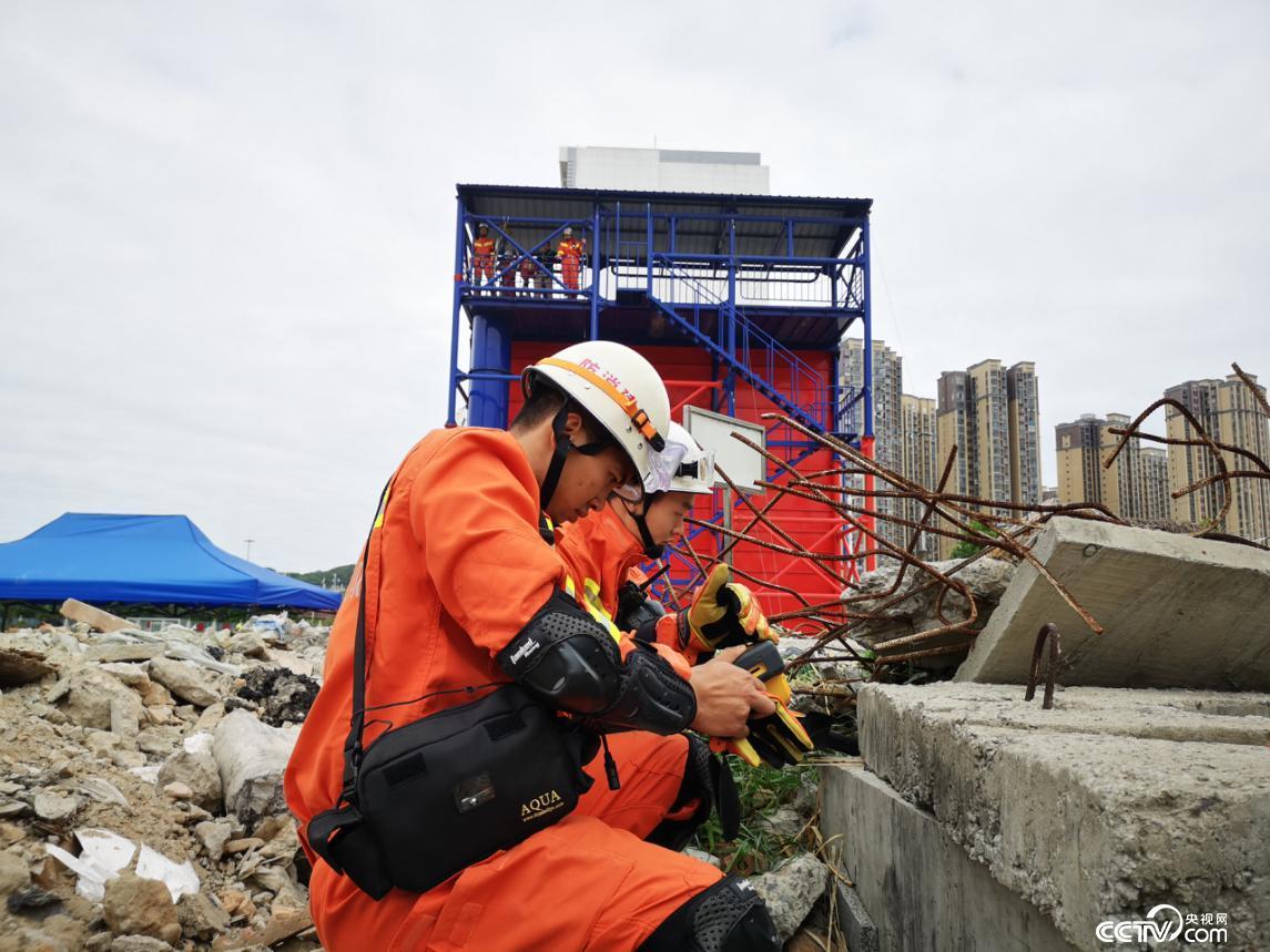 地震救援演练。(何川 摄)