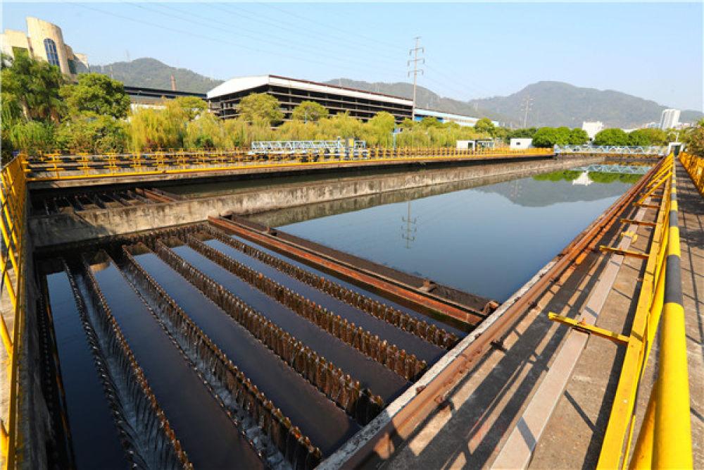 这是11月13日在福建三明的三钢厂区内拍摄的污水处理设施。新华社记者 龚兵 摄