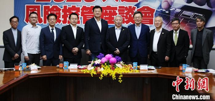 """11月15日,《中国时报》《旺报》和旺台两岸互信基金会在台北举办座谈会,邀请专家学者围绕2020年台湾""""大选""""后可能面临的内外风险等议题进行交流。多位台湾专家学者表示,大陆发展很快,两岸实力差距在扩大。两岸关系和平发展是两岸人民的最大福祉,和平是台湾最好的选项。图为与会者合影。中新社记者 安英昭 摄"""