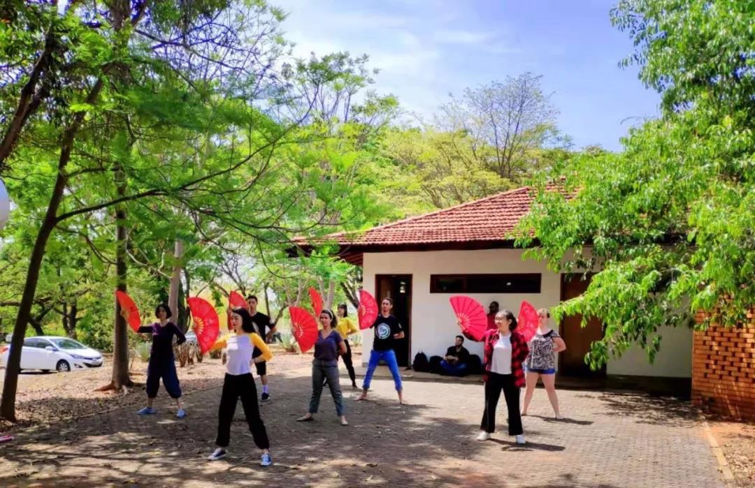 ▲巴西学生在巴西利亚大学孔子学院体验中国扇子舞。(巴西利亚大学孔子学院供图)