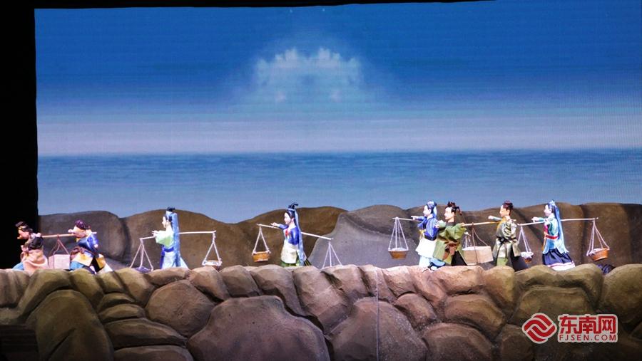 《洛阳桥神话》是惠安木偶戏首次使用LED屏幕,创新演出形式。图为演出片段。东南网记者 林杰 摄