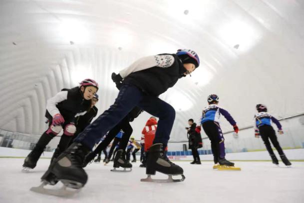 冰雪運動愛好者在氣膜冰球館鍛煉。 崔萌/攝