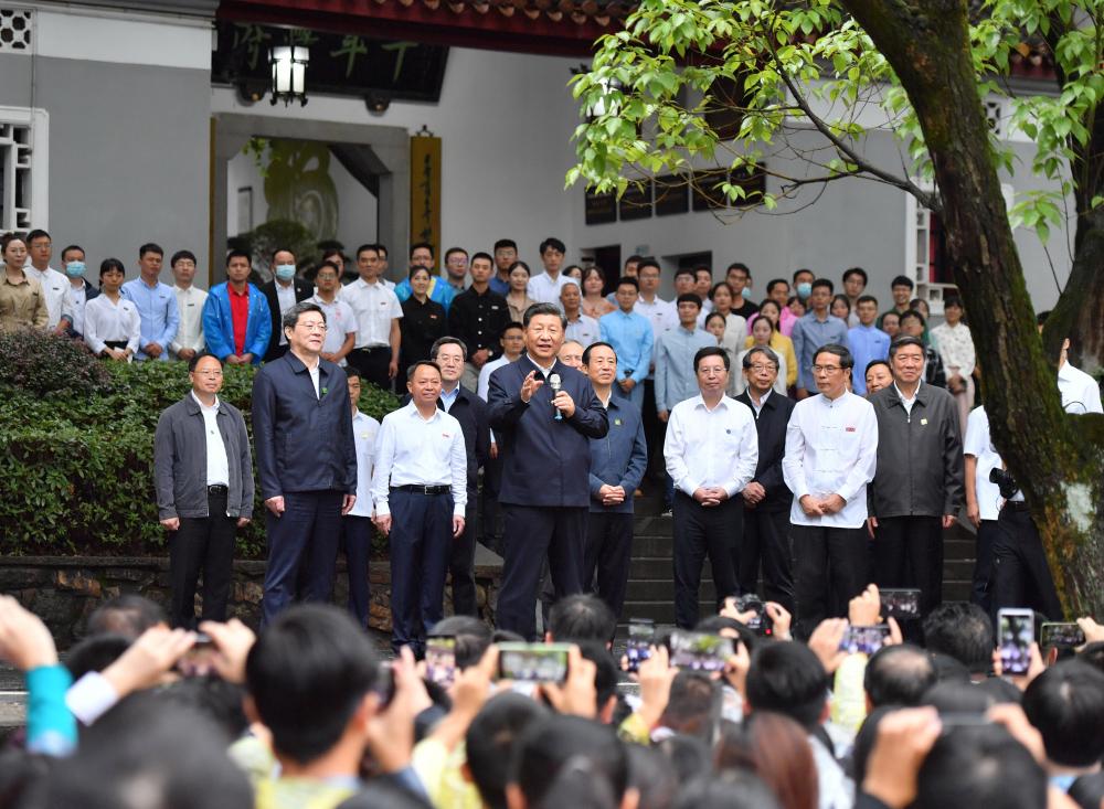 9月16日至18日,中共中央总书记、国家主席、中央军委主席习近平在湖南考察。这是17日下午,习近平在湖南大学考察时,同师生们亲切交流。