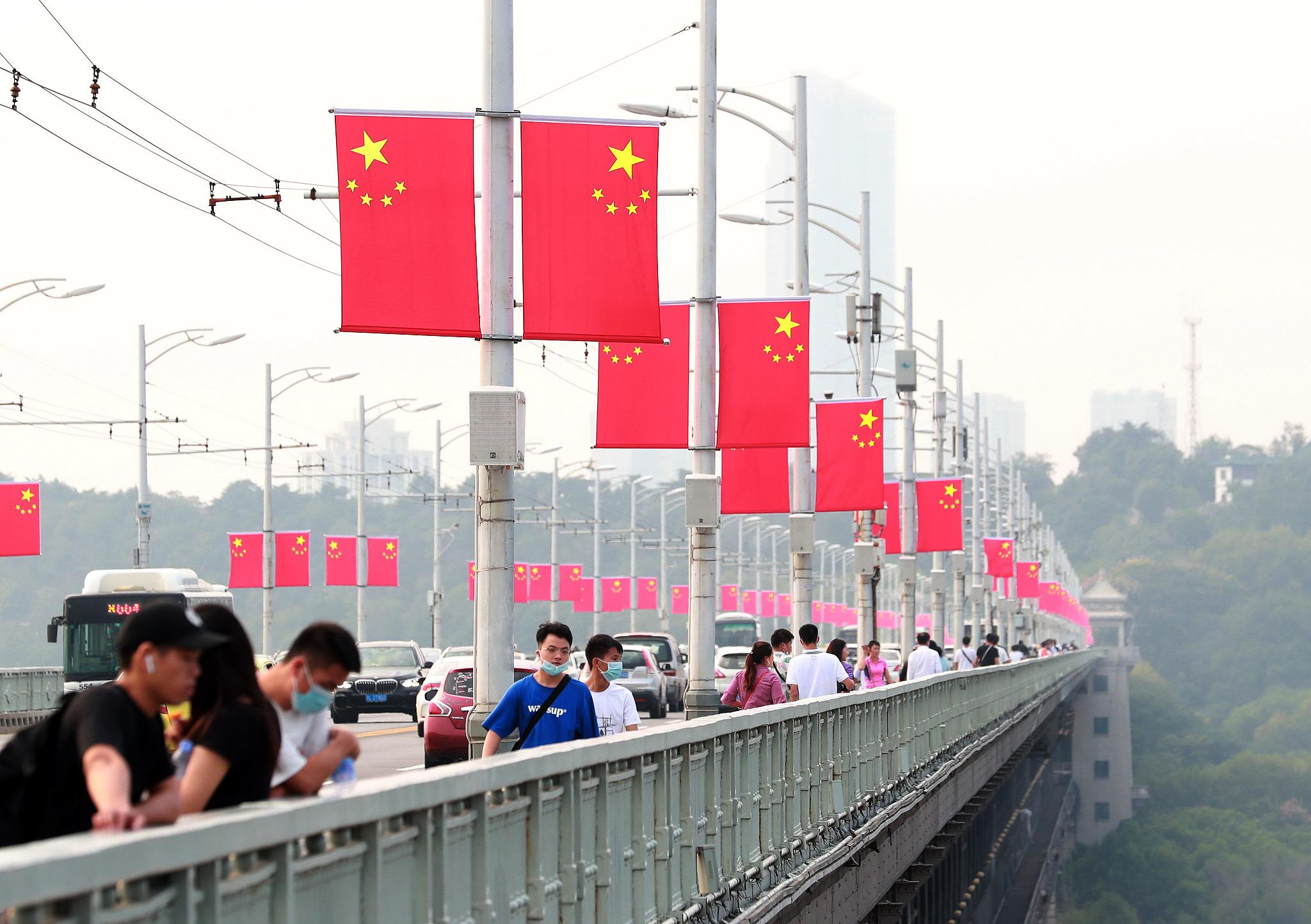 2020年9月27日,武汉长江大桥上挂满国旗