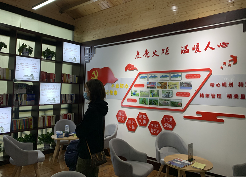 """南昌市高新区艾溪湖森林湿地公园里开设的""""红色驿站"""",成了党和政府联系群众、服务群众的窗口。(央视网 郑芳 摄)"""