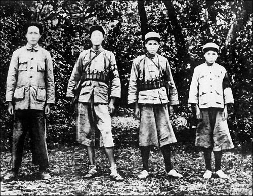 △毛泽东与红军战士合影