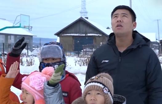 """坚守中国最北村小12年 他是极寒边疆的""""全能""""老师"""
