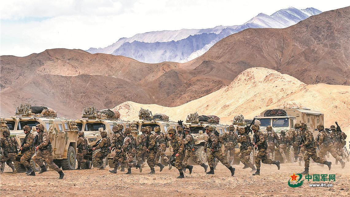 沙尘漫天,新疆军区某合成师侦察兵训练震撼来袭插图(1)
