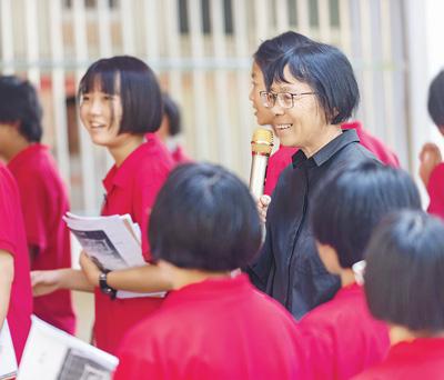张桂梅(着黑衣者)和学生们在一起(2020年9月5日摄)。新华社记者 陈欣波摄