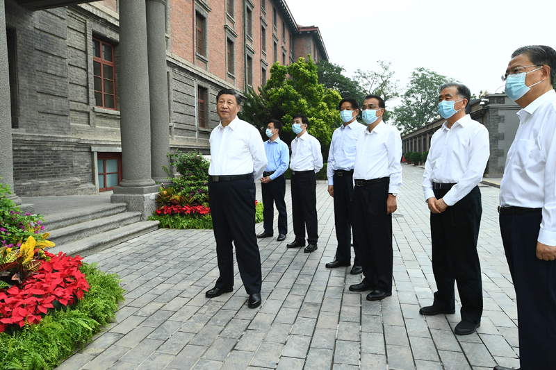 """6月25日,中共中央政治局就用好红色资源、赓续红色血脉举行第三十一次集体学习。这次集体学习采取参观和讨论相结合的形式,这是习近平、李克强、栗战书、汪洋、王沪宁、赵乐际、韩正等在北大红楼参观""""光辉伟业 红色序章——北大红楼与中国共产党早期北京革命活动主题展""""。新华社记者 谢环驰 摄"""