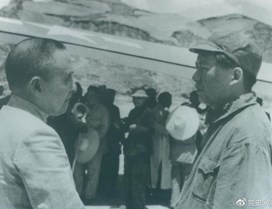 1945年7月1日,毛泽东欢迎黄炎培等民主人士来延安参观。